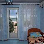 Море видно через балконную дверь