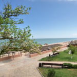 Зеленая зона отдыха с видом на море