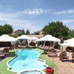 Клео: зона отдыха рядом с бассейном