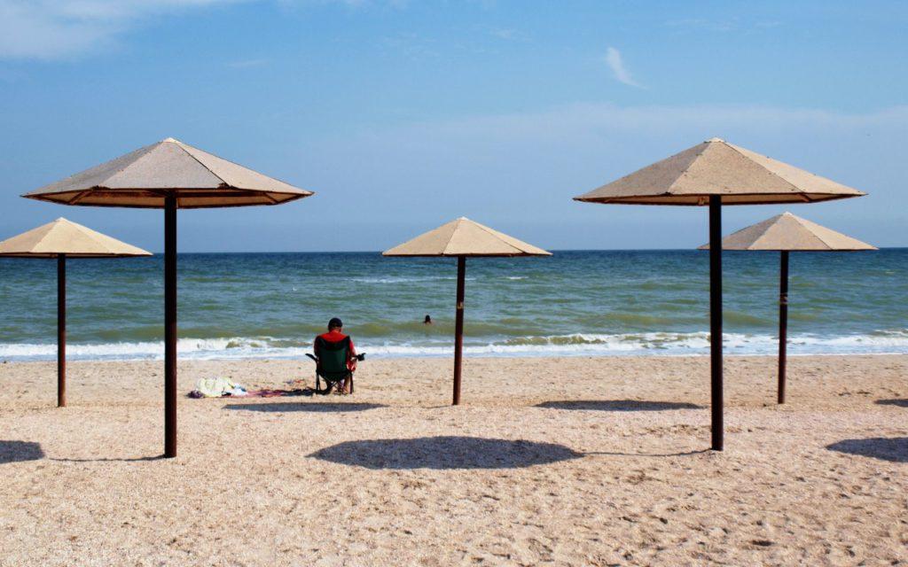 Отдыхающий с любимым ноутбуком на пляже в Кирилловке