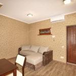 Первый этаж с комнатой-студией с оборудованной кухонной зоной