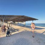 Пляж комплекса с навесом