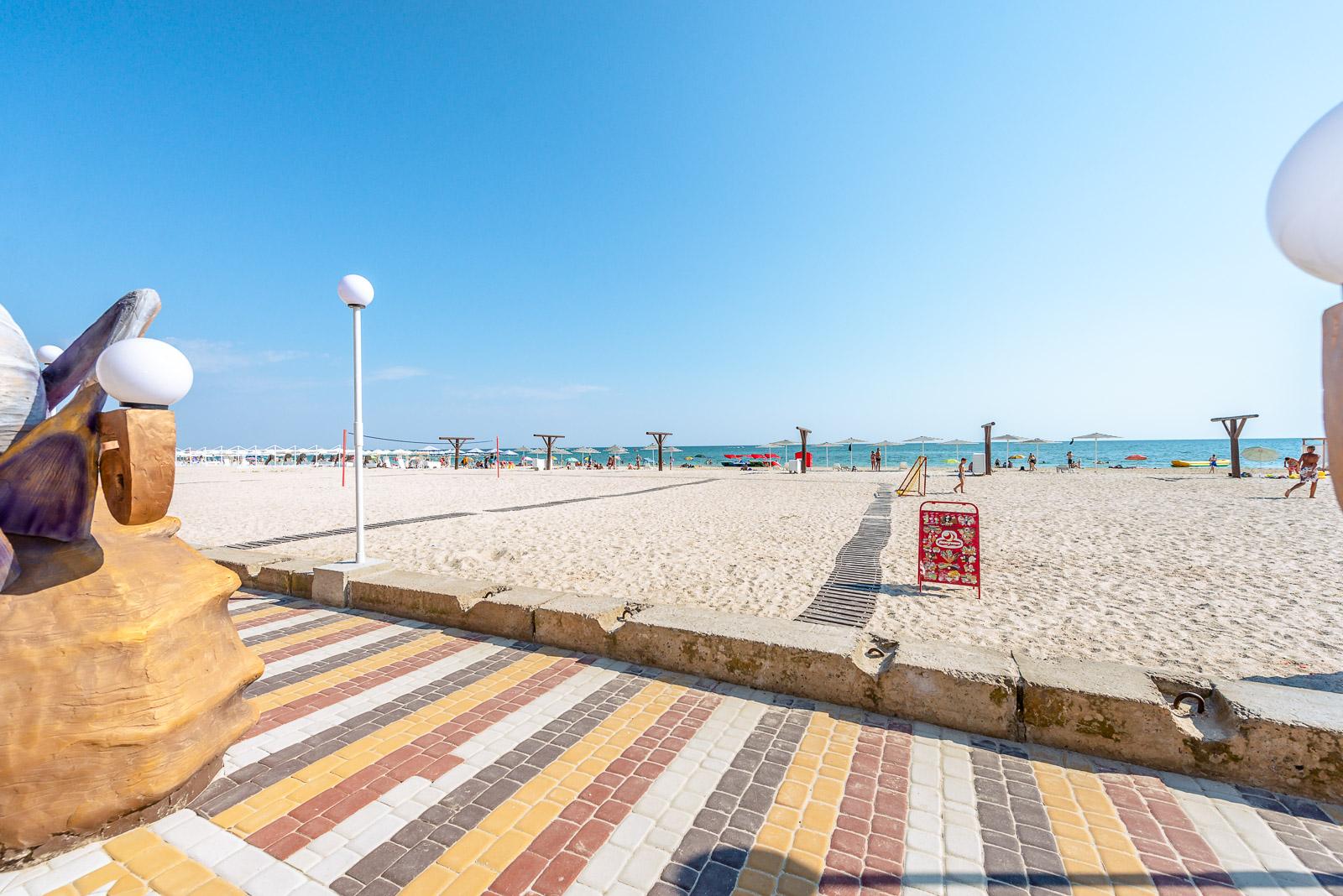Пляж и набережная в Железном Порту