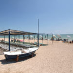 Пляж с навесами