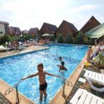 Бассейн и территория отеля Европейский