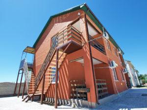 Коттеджи «Red House» в кемпинге «Фортуна» в Кирилловке