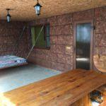 Деревянный столом с лавочками, гамак