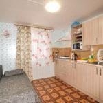 Гостиная-студия с оборудованной кухонной зоной
