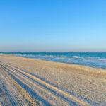 Пляж и море на острове Бирючий