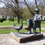 Памятник основателю Фридриху Фальц-Фейну, Олег Тоцкий